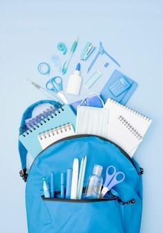 Mochila azul con útiles escolares.