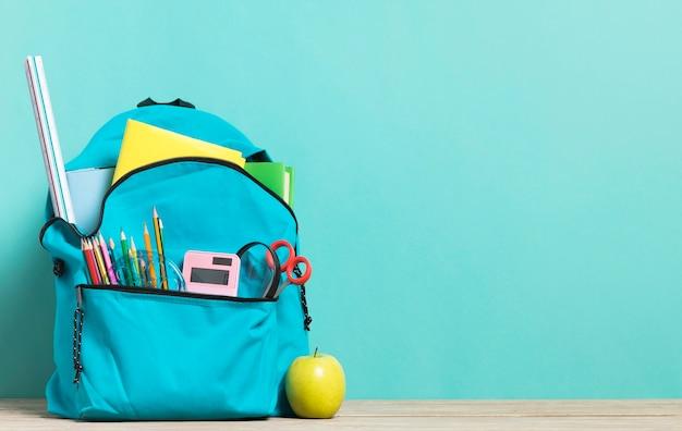 Mochila escolar azul con suministros esenciales.