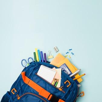 Mochila llena de accesorios escolares.
