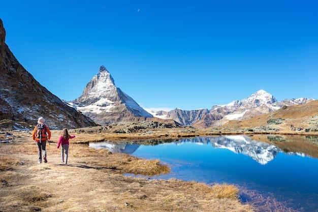 Mochila de madre e hija en la montaña matterhorn, zermatt, sw.