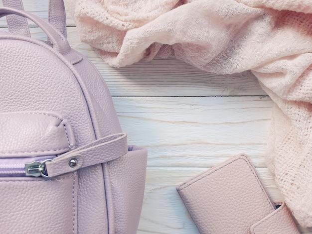 Mochila rosa, billetera y bufanda