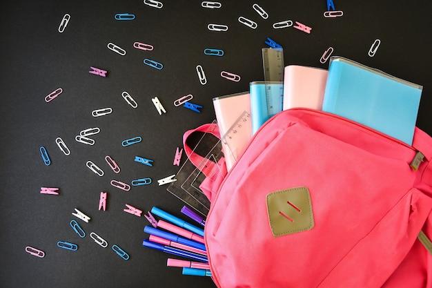 Mochila rosa con útiles escolares