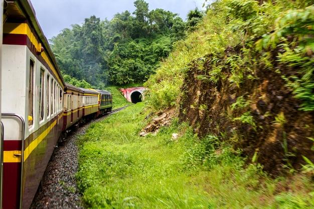 Mochila viaje en tren estilo de vida en el norte, tailandia