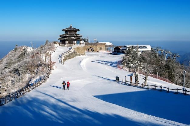 Mochilero en las montañas deogyusan en invierno