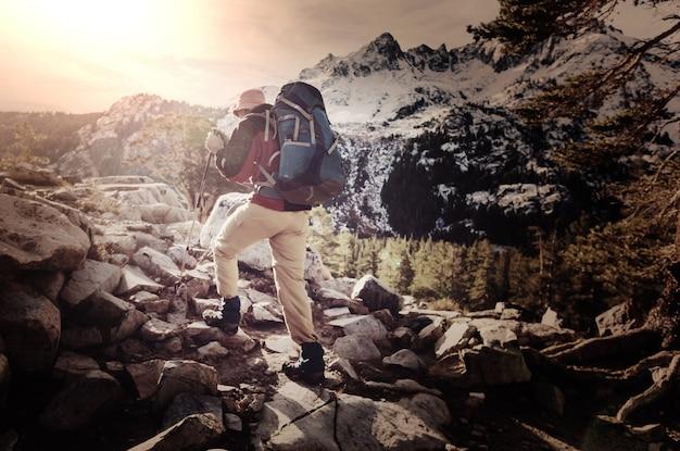 Mochilero en las montañas