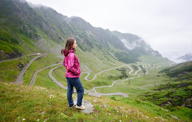 Mochilero en rumania transfagarasan carretera paisaje