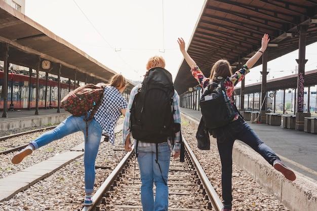 Mochileros divirtiéndose en vías de tren