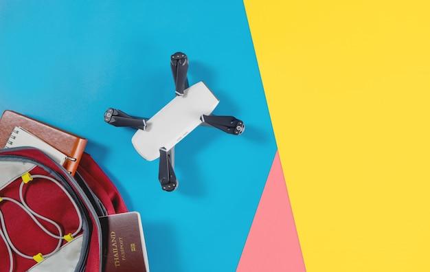 Mochileros objetos y objetos de viaje turístico en mochila con objetos de drone y cámara vlogger