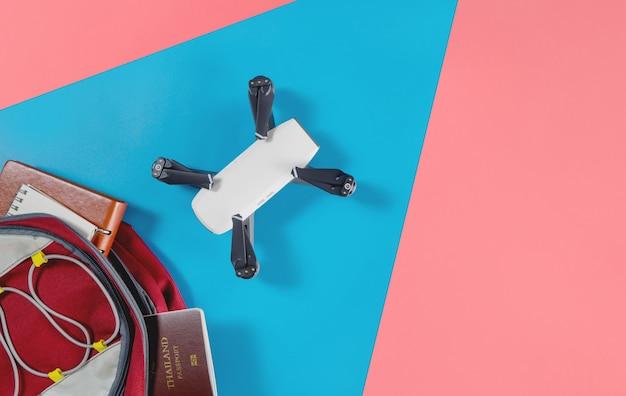 Mochileros y objetos de viaje turístico en mochila con objetos de dron y cámara vlogger