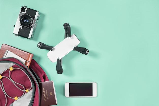 Mochileros de viaje turístico y objetos en mochila con dron y cámara