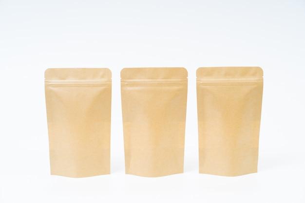 Mock up bolsa de papel de snack en espacio en blanco