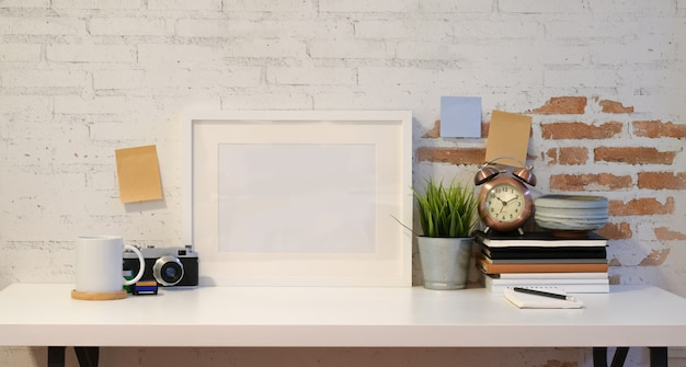 Mock up frame con cámara vintage