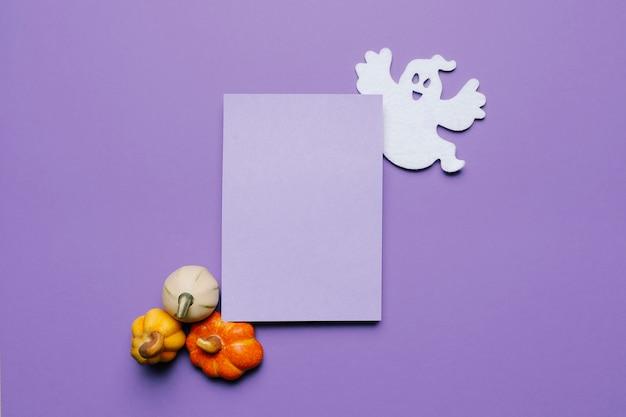Mock up de invitación de halloween para una fiesta con calabazas y un fantasma
