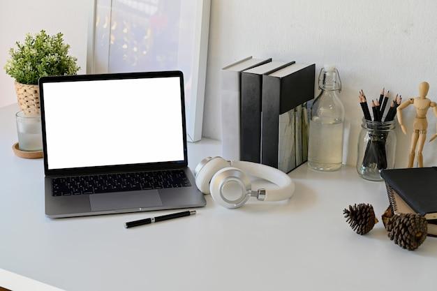 Mock up laptop en mesa de trabajo blanca