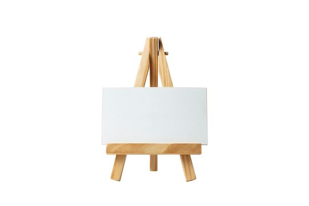 Mock up lienzo en blanco vacío en caballete de madera aislado