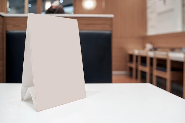 Mock up marco de menú con la página en blanco en la tabla
