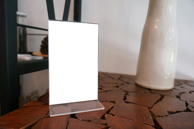 Mock up marco de menú de pie en la mesa de madera en el café del restaurante bar. espacio para el texto.