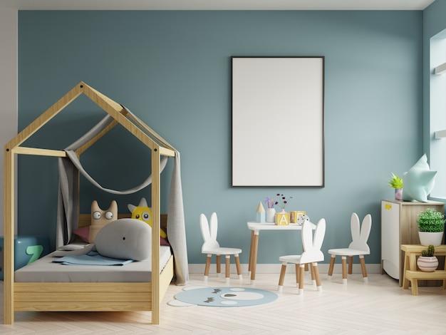 Mock up marco de póster en la habitación de los niños, sala de niños, maqueta de guardería, pared azul.