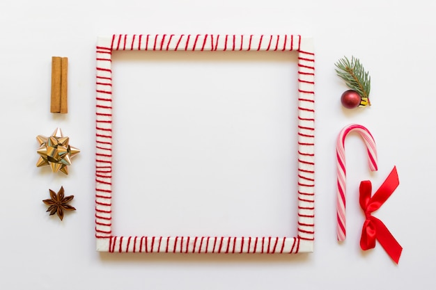 Mock up marco de texto de presentación con objetos decorativos de navidad