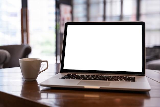Mock up usando la computadora portátil con pantalla en blanco computadora moderna