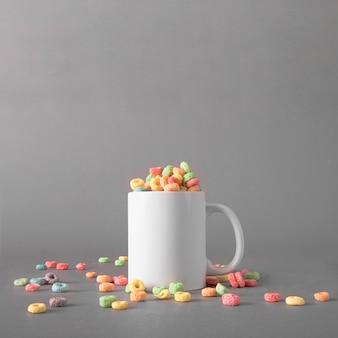 Mockup de cereales coloridos en taza
