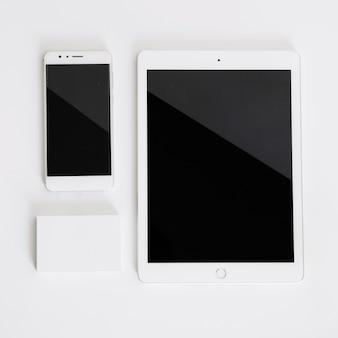 Mockup de smartphone, tablet y tarjetas de visita