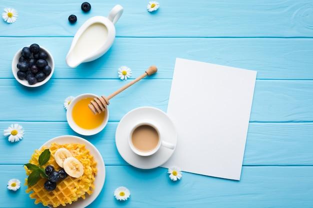 Mockup flat lay de tarjeta de papel sobre mesa de desayuno