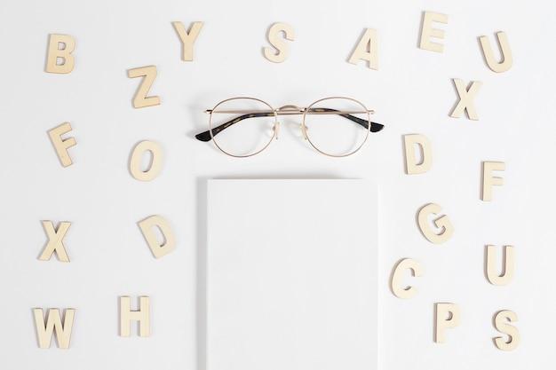 Mockup con libro y gafas