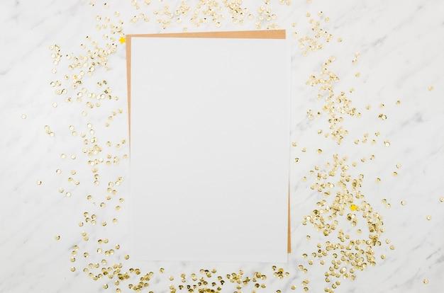 Mockup de papel flat lay con confeti dorado