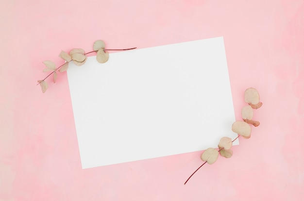 Mockup de papel flat lay con elementos florales
