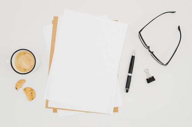 Mockup de papel flat lay en espacio de trabajo