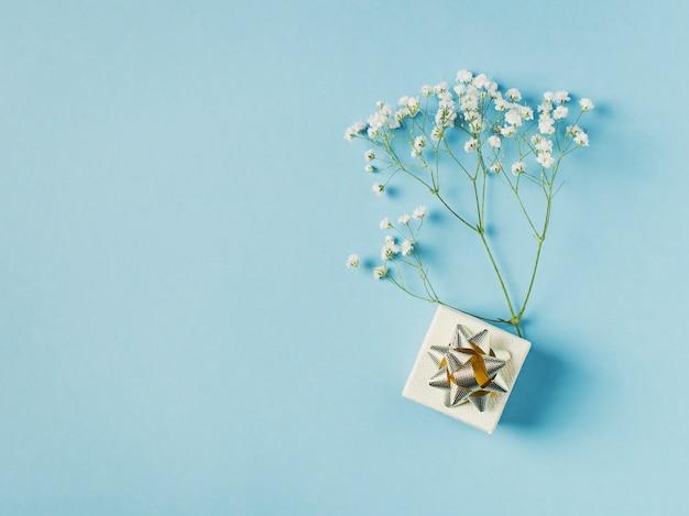 Moda azul, fondo plano de flores.