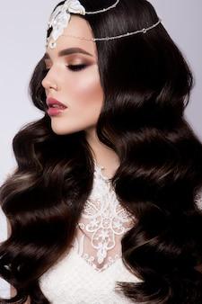 Moda belleza modelo mujer con cabello rizado. novia.