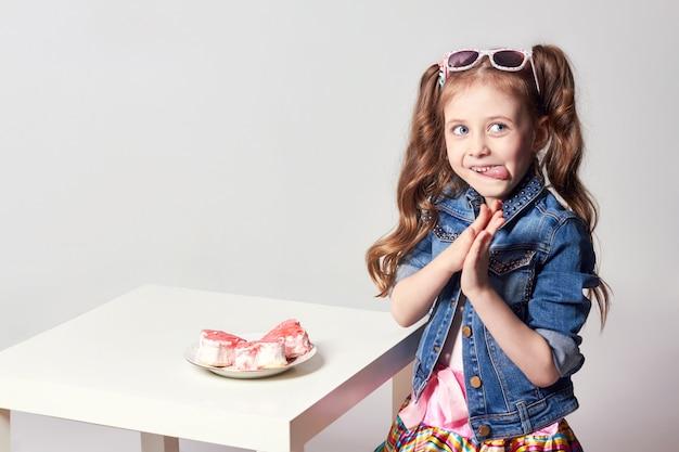 Moda divertida chica quiere comer un pastel.