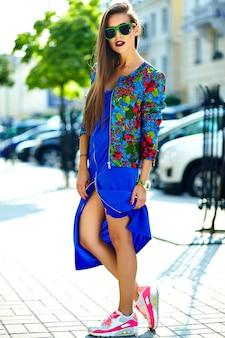 Moda elegante hermosa morena joven modelo en ropa casual de verano colorido hipster posando en la calle