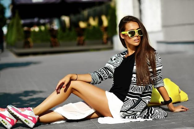 Moda elegante hermosa morena joven modelo en verano hipster ropa casual colorida posando en el fondo de la calle