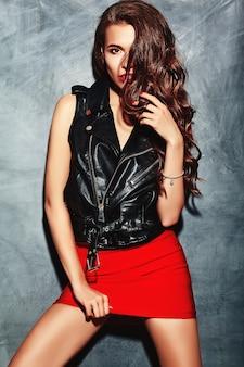 Moda glamour elegante hermosa divertida loca joven modelo con labios rojos en verano brillante colorido hipster ropa roja cerca de la pared gris
