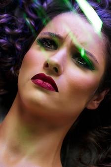 Moda hermosa chica morena con maquillaje brillante.