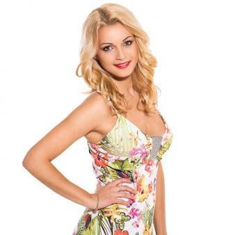 Moda. hermosa rubia en lindo vestido
