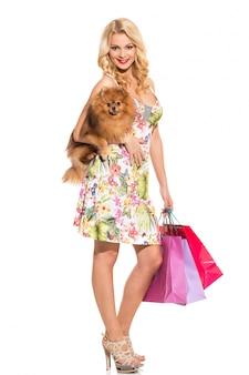 Moda. hermosa rubia con perro