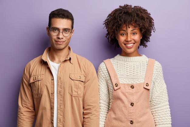Moda joven y mujer posando