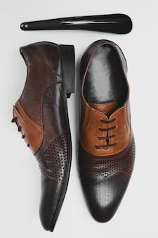 Moda masculina con zapatos en blanco