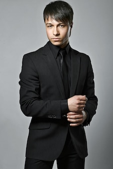 Moda moda elegante joven traje negro hombre