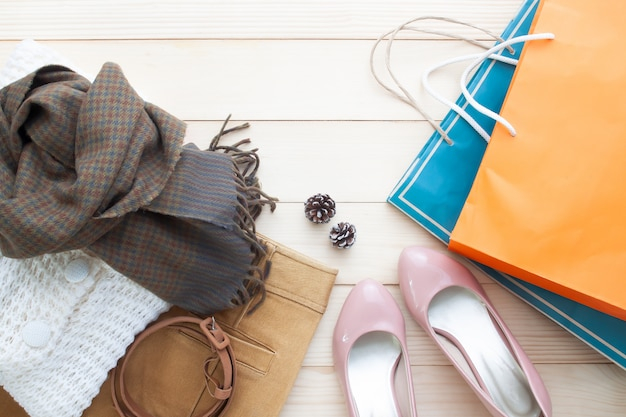 Moda de moda en otoño, ropa de mujer y bolsas de compras