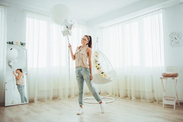 Moda mujer hermosa con globos. chica posando
