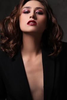 Moda mujer hermosa posando, concepto de moda