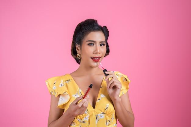 Moda mujer mano sosteniendo el cuidado de los labios