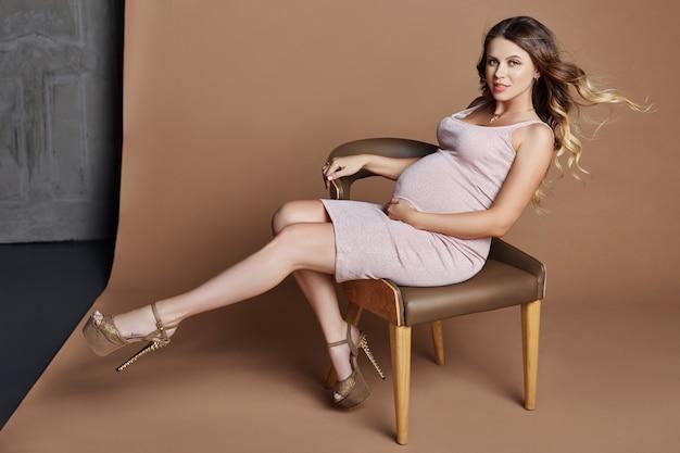 Moda retrato mujer embarazada rubia, perfecta