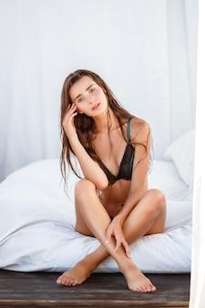 Moda de verano de mujer. feliz niña sonriente sexy con cuerpo en forma, piernas largas, piel sana en bikini