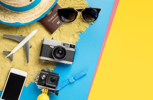 Moda de viaje de vacaciones de verano de playa sobre fondo azul amarillo rosa arena
